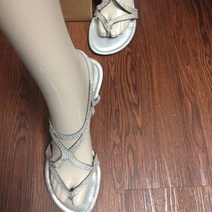 524*NWT*GUESS Women's Strap Sandals